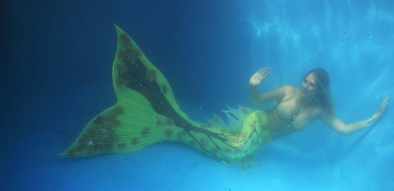 Meerjungfrau aus Lübeck posiert unter Wasser